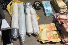 Armas, dinamites e dinheiro recuperados pela investigação policial após assalto em Apiúna.