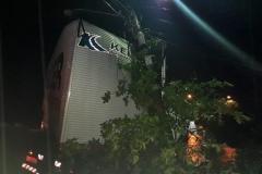Um caminhão saiu da pista e atingiu um poste da rede elétrica na noite desta terça-feira, 26.