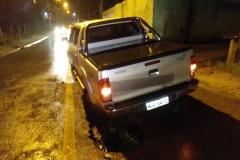 Caminhonete cai em cratera na rua João Tormena (Foto: Diplomata FM)