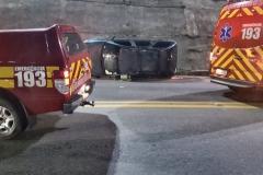 Carro capota na curva perigosa da Avenida Beira Rio (Foto: Corpo de Bombeiros)