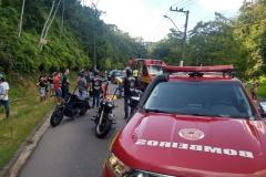 Trânsito precisou ser interrompido para o atendimento dos socorristas. (Foto: Divulgação Corpo de Bombeiros)