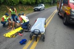 Vítima sendo atendida pelos socorristas. (Foto: Divulgação Corpo de Bombeiros)