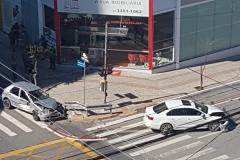 Dois carros colidem em cruzamento no centro de Brusque