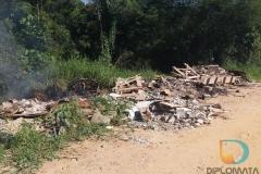 Depósito irregular de lixo  é visto à céu aberto na rua Benjamim Beber, entre os bairros Nova Brasília e Limeira
