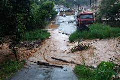 Moradores da rua Francisco Sumick esperam por reparos em ponte afetada pela chuva (Foto: Divulgação).