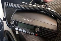 Em ambos os veículos, havia rádios comunicadores sintonizados na mesma frequência para comunicação entre os suspeitos
