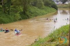 Caiaqueiros descem o Rio Itajaí Mirim