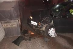 Veículo colide em carreta estacionada em pátio de empresa no bairro Santa Terezinha (Foto: Corpo de Bombeiros)
