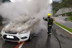 Corpo de Bombeiros e PM são acionados para incêndio em veículo