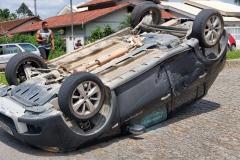 Colisão tomba veículo no bairro Maluche