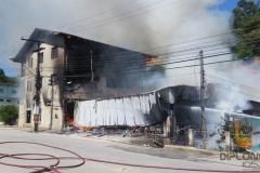 Incêndio de grandes proporções atingiu um mercado no bairro Santa Luzia, na manhã de domingo, 24