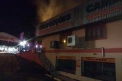 Incêndio atingiu loja de confecções no bairro Águas Claras (Foto: Corpo de Bombeiros/Divulgação)