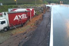 Muro cede e interdita acesso da rua Itajaí pela rodovia Antônio Heil