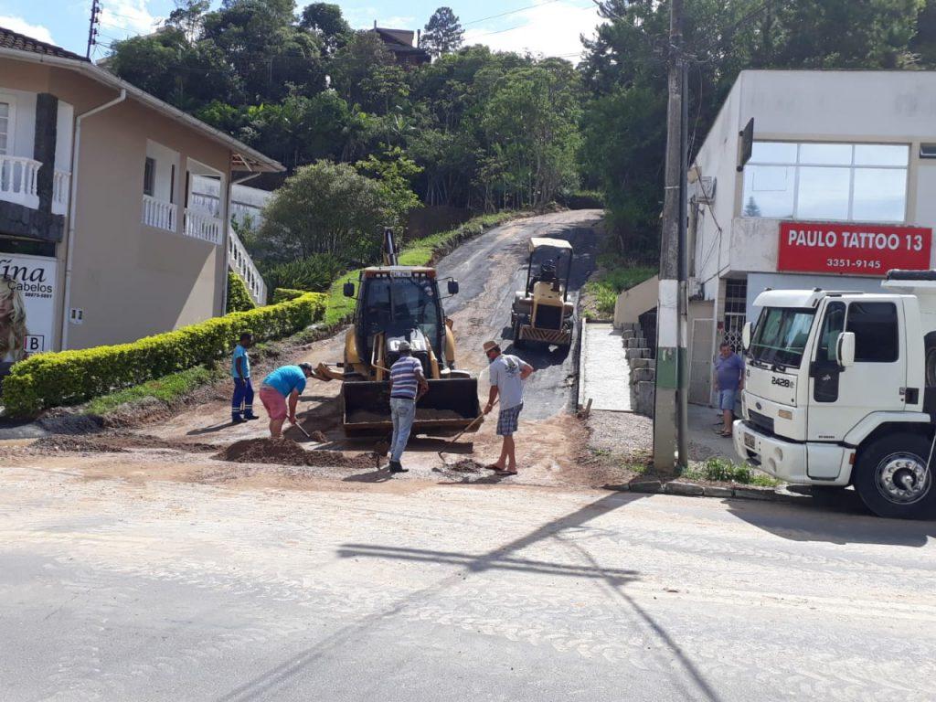 Secretaria de Obras realiza consertos em diversas vias de Brusque