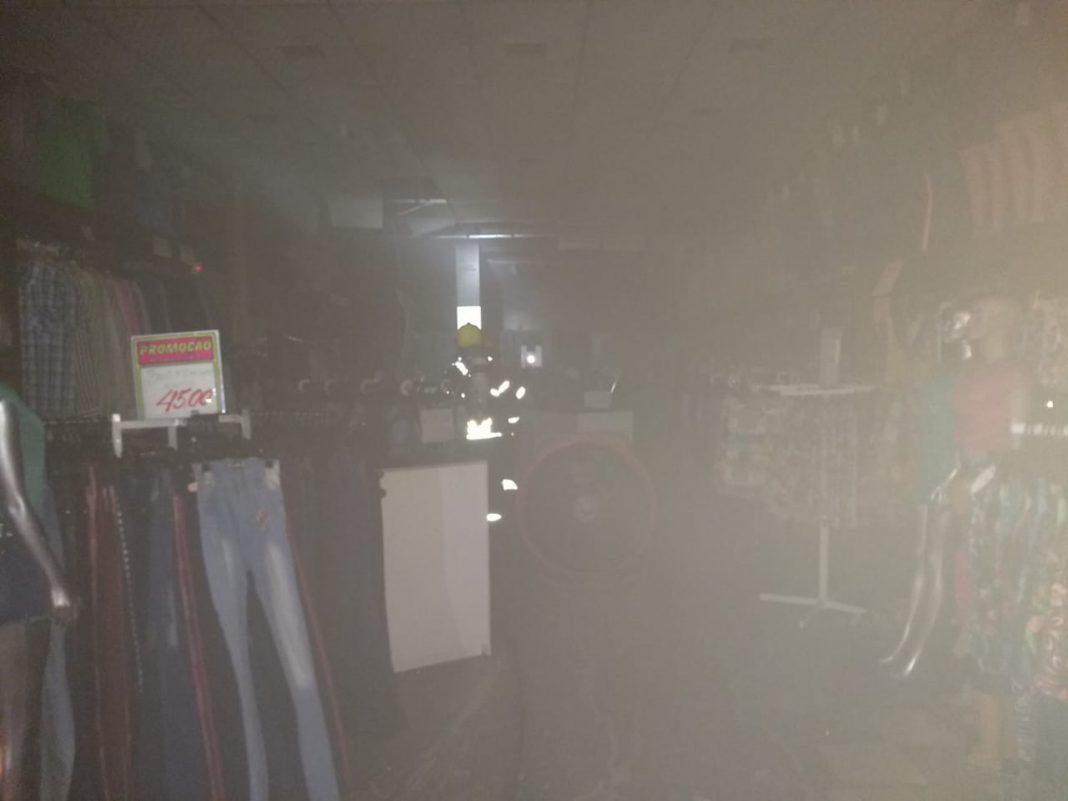 Loja é atingida por princípio de incêndio na rodovia Antônio Heil durante a madrugada