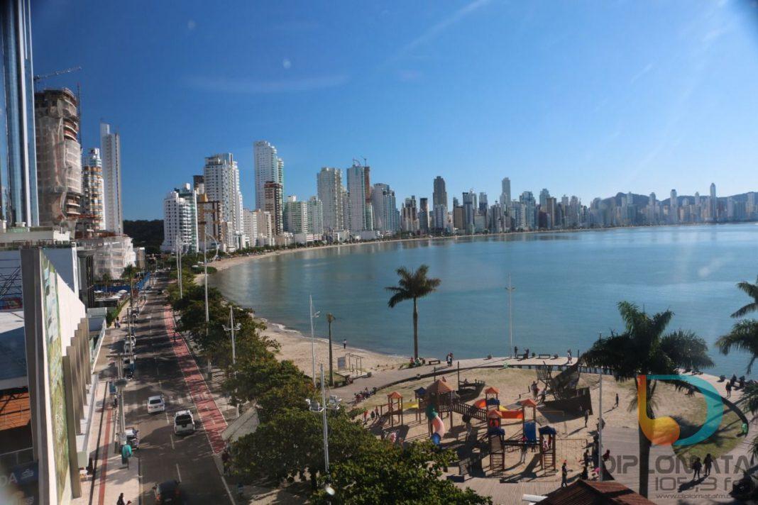 Vista de Balneário Camboriú a partir da barra sul