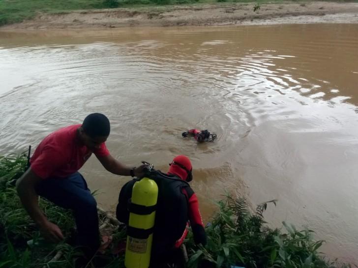 Mergulhadores localizam corpo de vítima de afogamento no rio Itajaí-Mirim