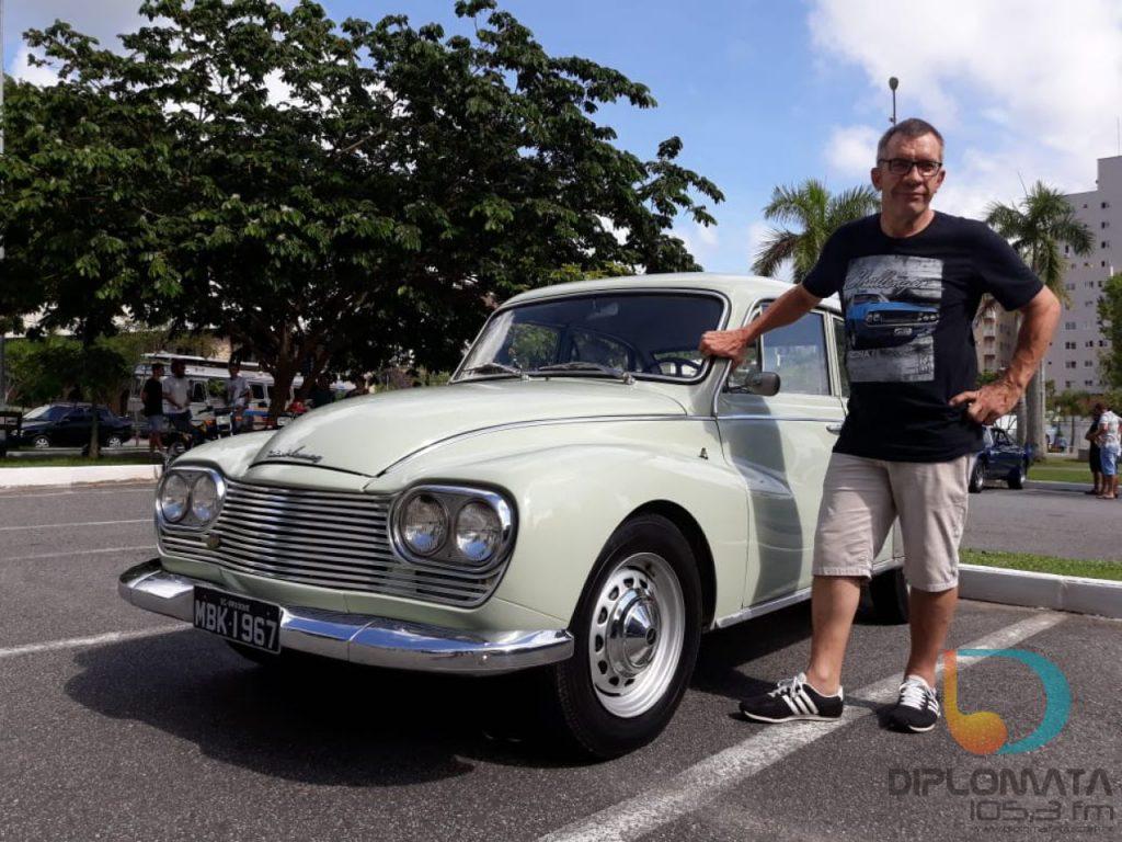 Encontro mensal de veículos antigos reúne amigos e veículos especiais