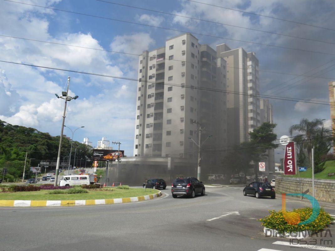 Bombeiros combatem incêndio em subsolo de edifício no Centro de Brusque