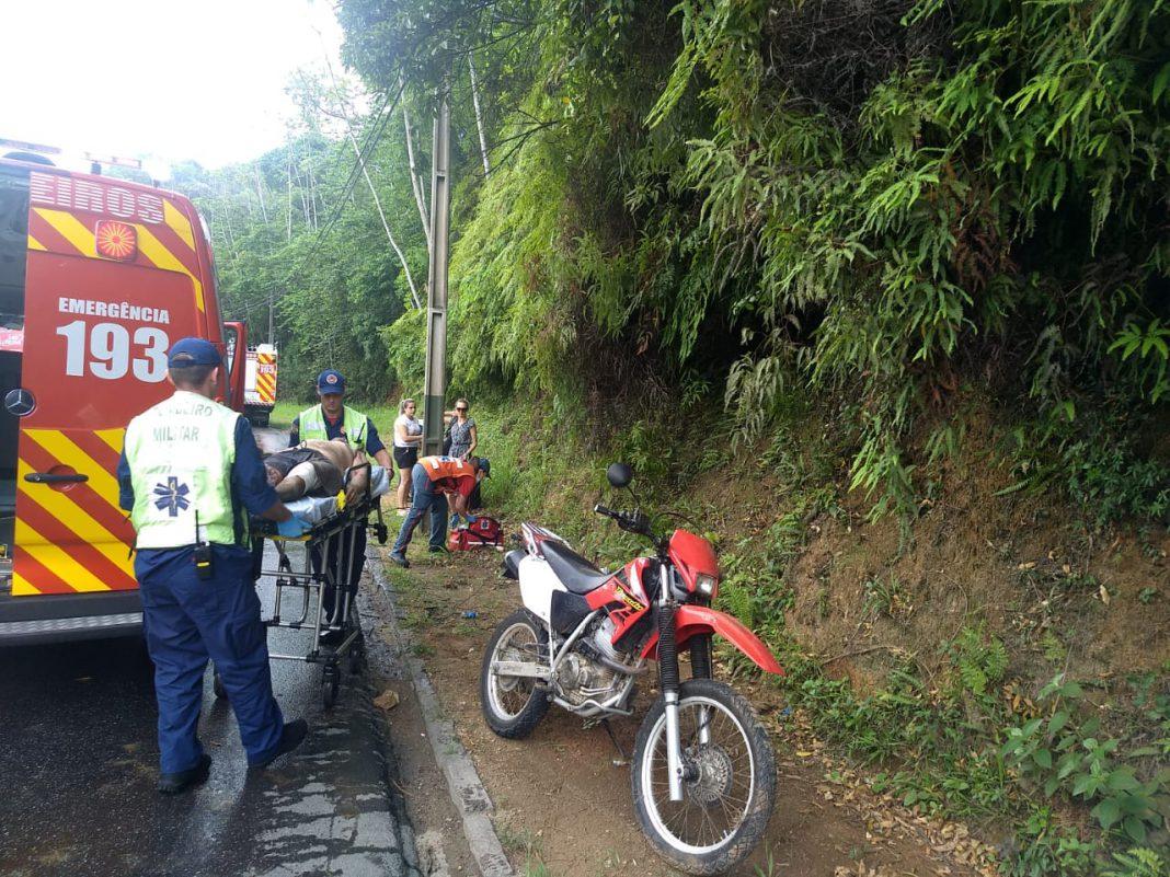 Queda de moto fere duas pessoas na Avenida Primeiro de Maio