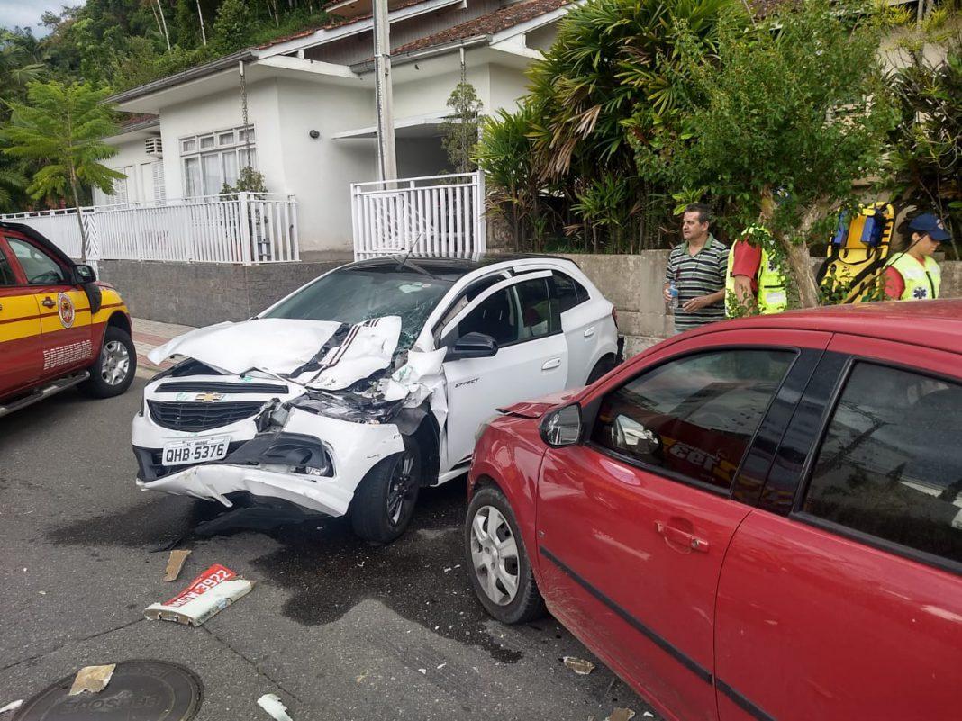 Colisão entre ônibus e dois carros deixa uma mulher ferida no centro de Brusque