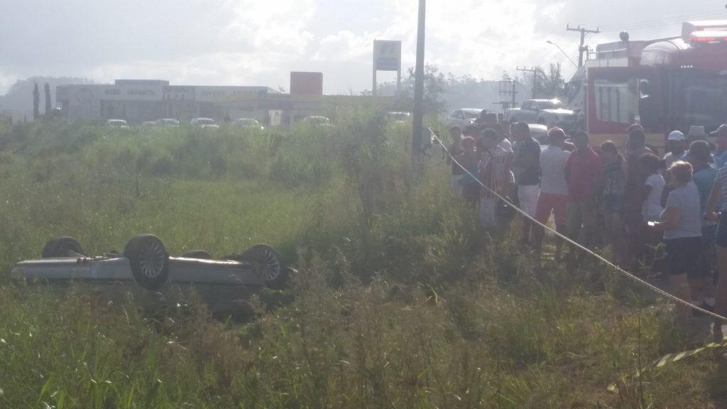 Veículo capota em matagal no bairro Limoeiro