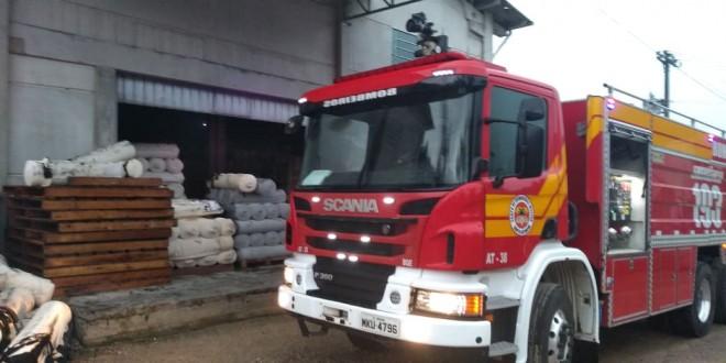 Raio causa incêndio em malharia no bairro Aymoré, em Guabiruba