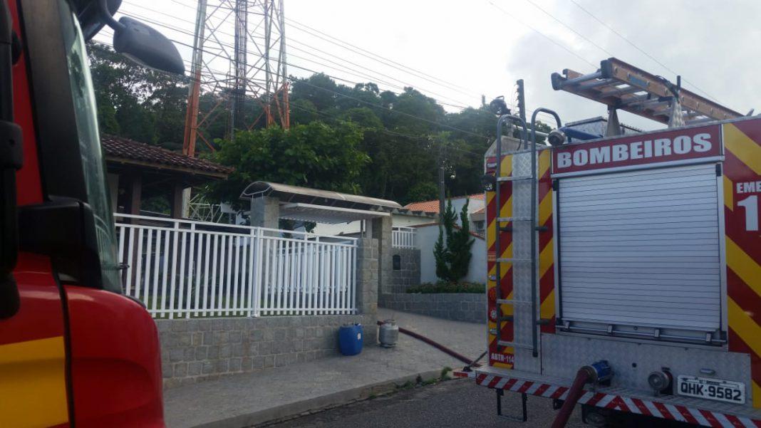 Corpo de Bombeiros combate incêndio em residência no centro