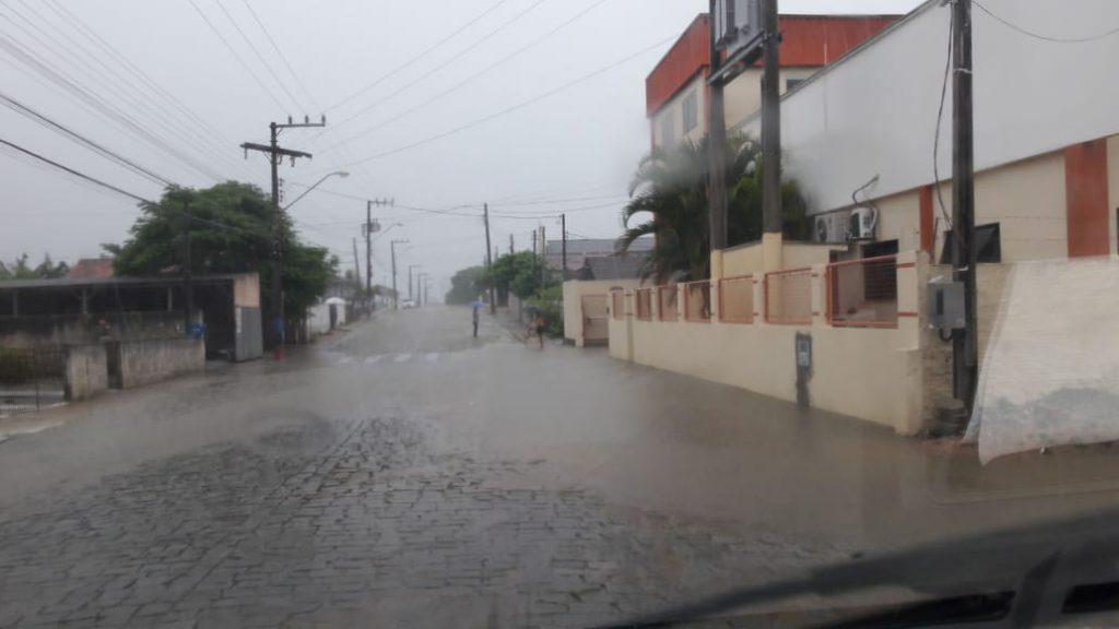Chuva forte causa alagamentos em São João Batista