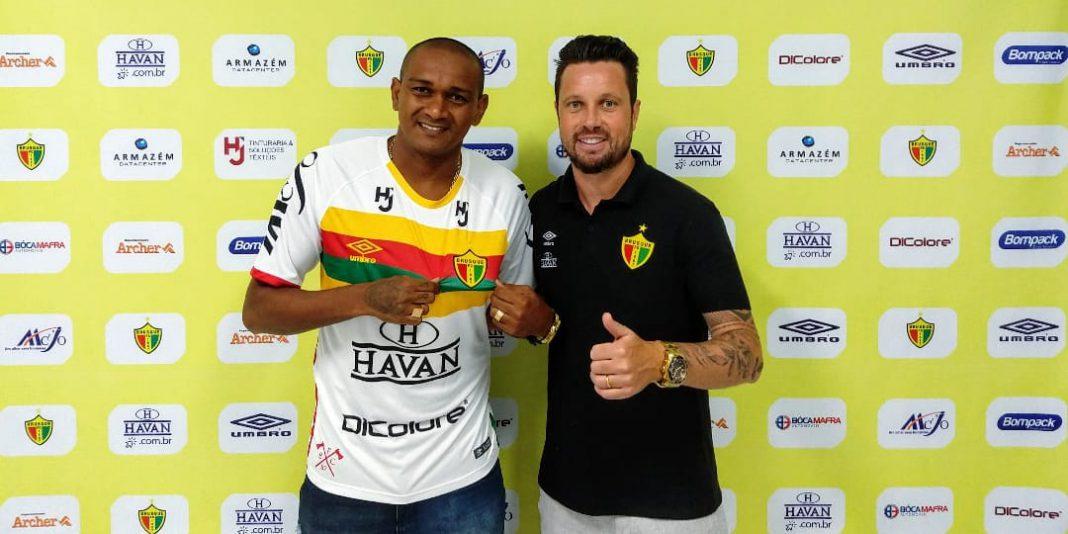 Atacante Isac, contratado do Brusque FC