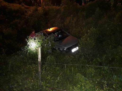 Veículo cai em ribanceira na Rua Carlos Ristow