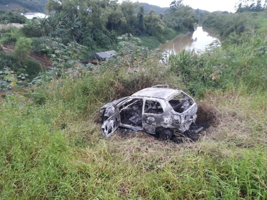 Veículo destruído por incêndio no bairro Limoeiro