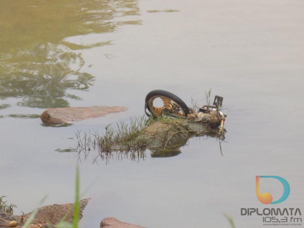 Caiaqueiros do Club Botuverá descem o Rio Itajaí Mirim