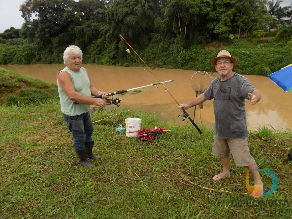 Pescadores no rio Itajaí Mirim