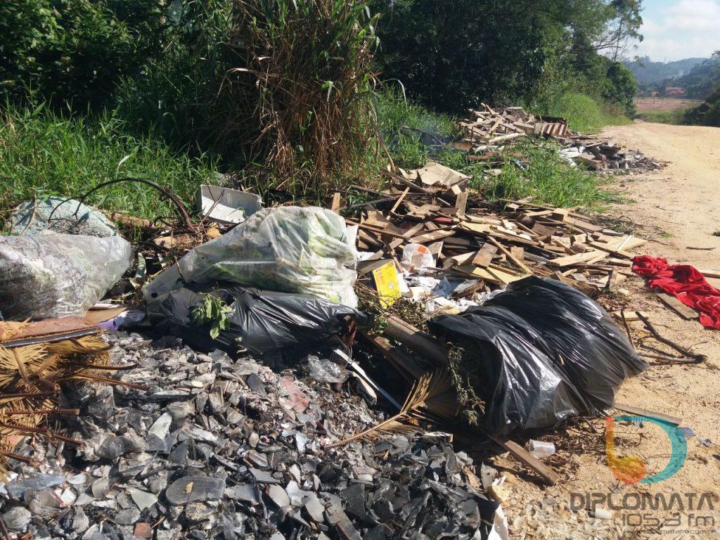Lixo na rua Benjamim Beber-Limeira (