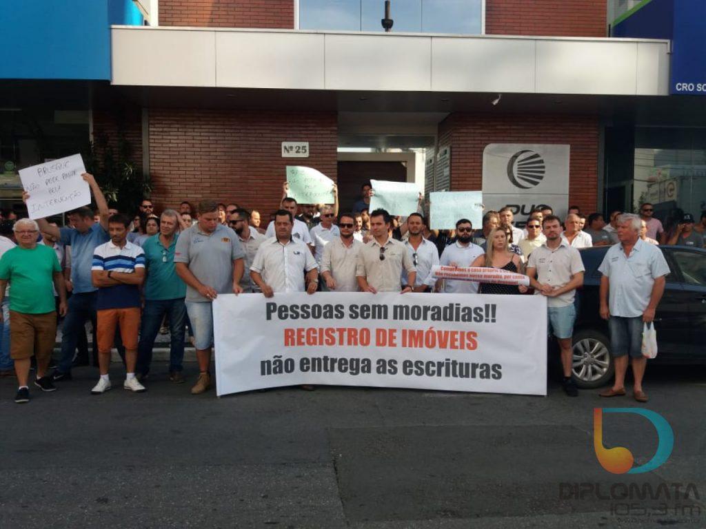 Manifesto em frente ao cartório de Registro de Imóveis