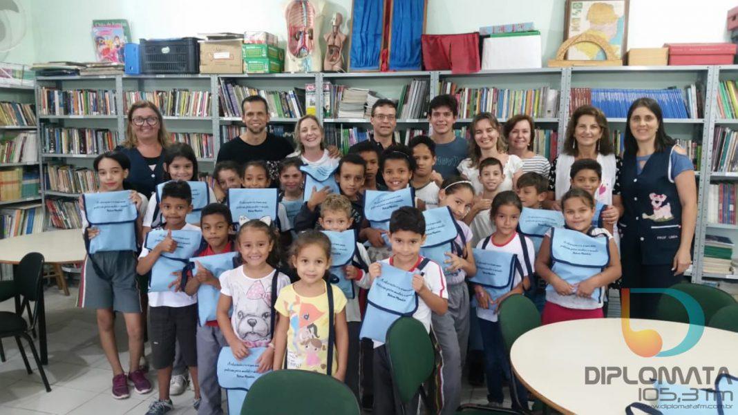 Ação da ABM e Simesc beneficia alunos com kits de material escolar