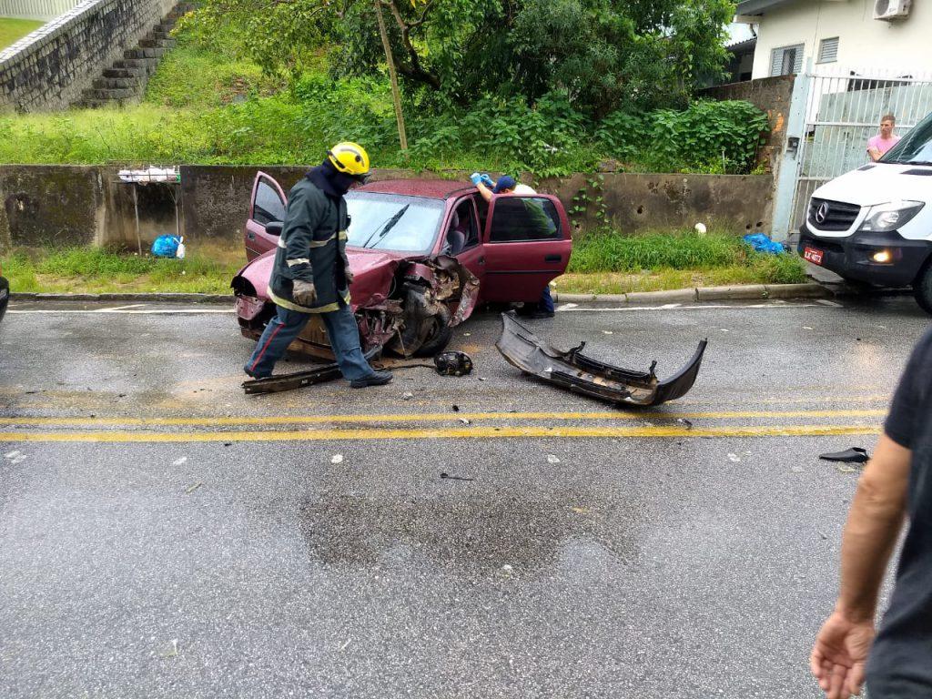 Bombeiros são chamados para colisão carro e caminhão na rua Gustavo Halfpap