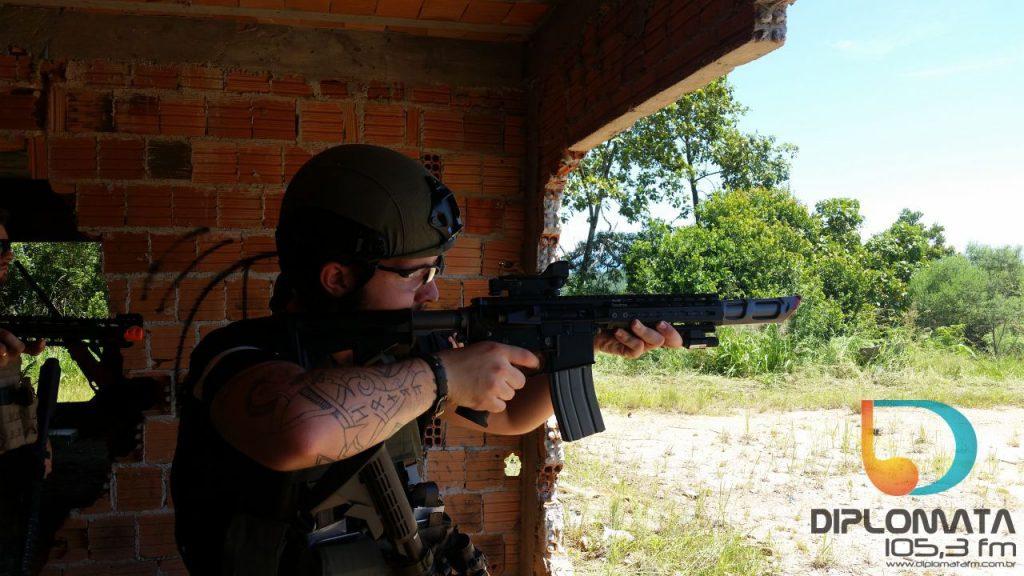 Soldado na mira com airsoft