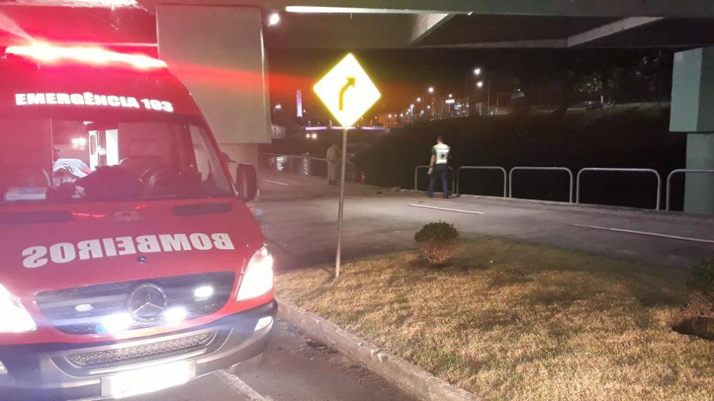 Carro cai no rio Itajaí Mirim após colidir em coluna da ponte Arthur Schlösser