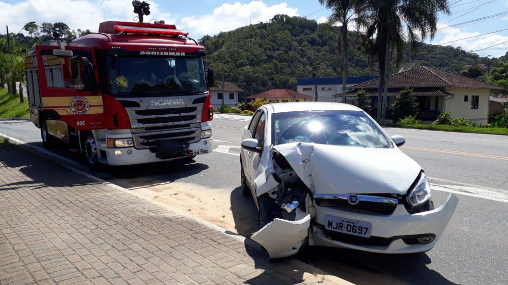 Colisão carro em poste na rodovia Antônio Heil