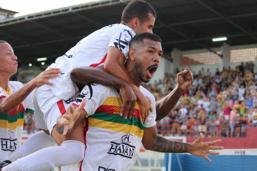 Atacante Hélio Paraíba na comemoração do gol do Brusque FC
