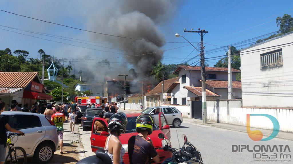 Incêndio de grandes proporções destrói mercado no Santa Luzia