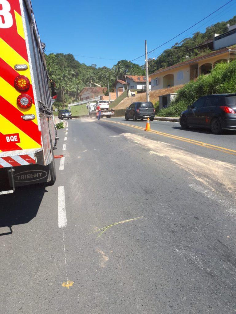 Limpeza de óleo na pista na rua Imigrantes em Guabiruba
