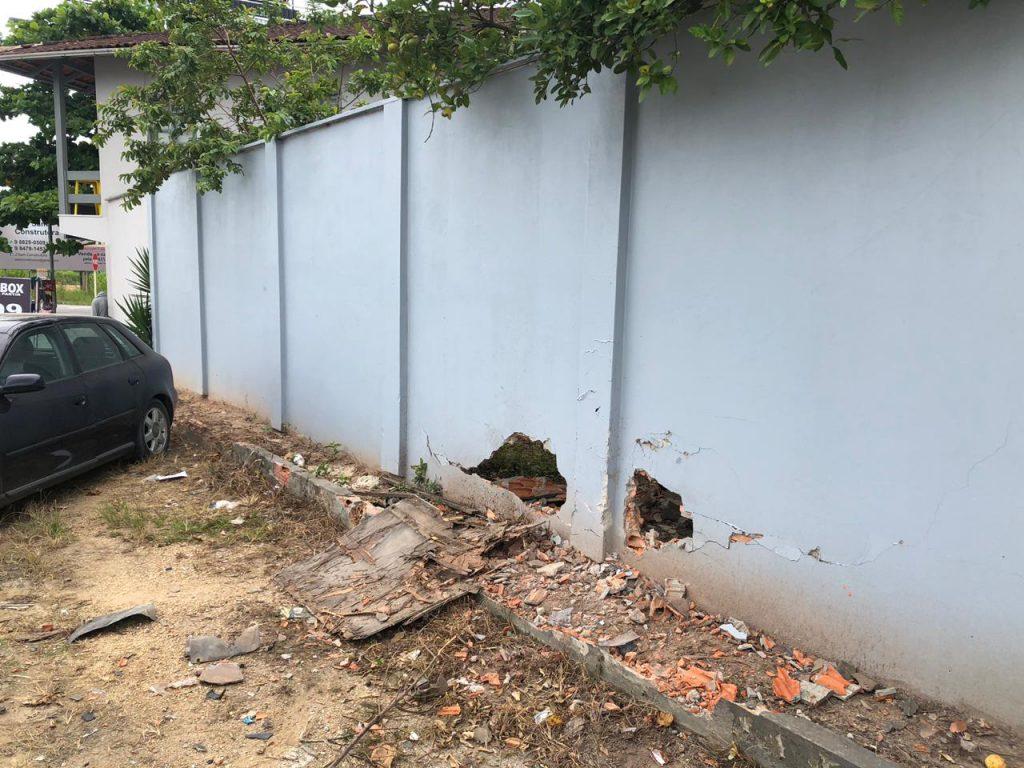 Muro atingido por veículo