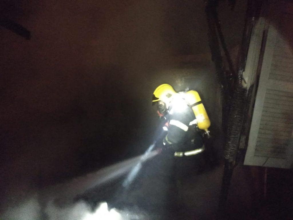 Bombeiros combateram incêndio