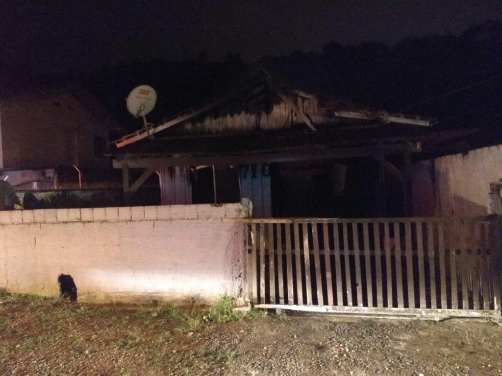 Incêndio destrói residência na rua São Leopoldo