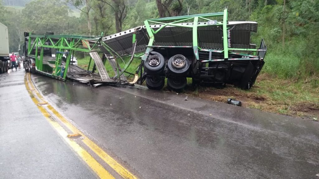Colisão entre carreta e ônibus mata quatro pessoas em trecho de serra na BR-470
