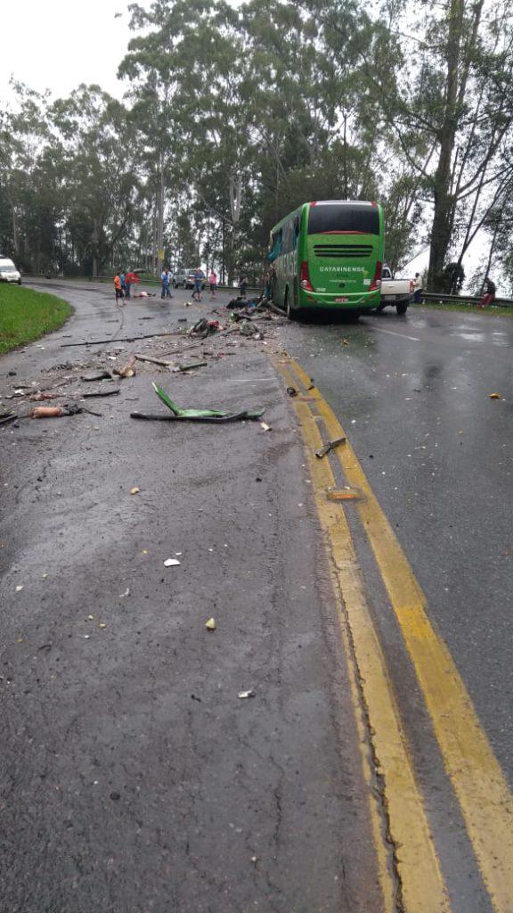 Colisão entre carreta e ônibus