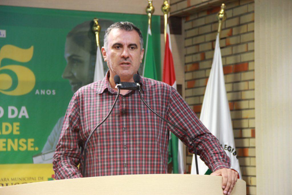 Alessandro Simas na tribuna da Câmara
